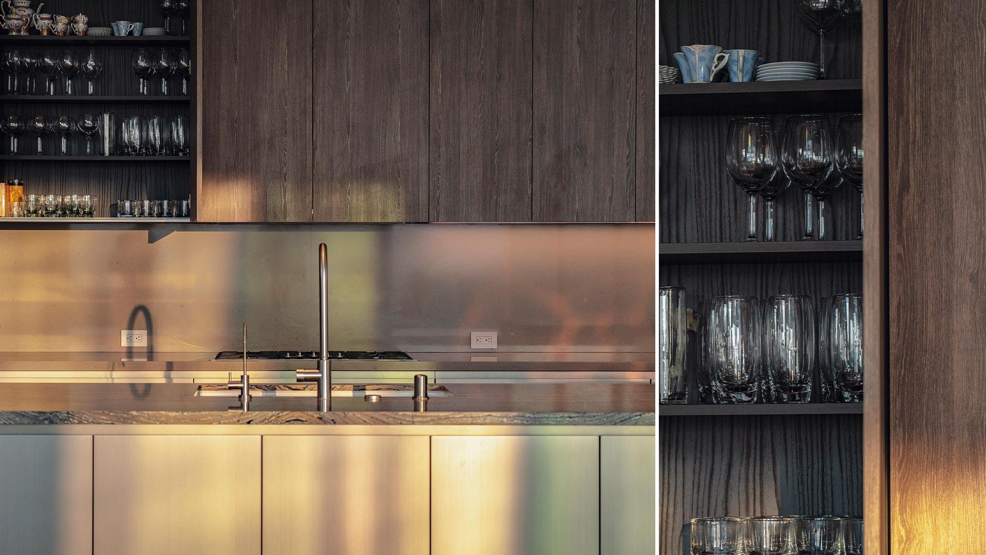 Le cucine lineari sono spesso la soluzione più comoda e diffusa, perché concentrano tutte le funzioni lungo una sola parete oppure lungo due pareti frontali. Cucina Lineare Su Due Lati Con Isola Centrale E Tavolo Adiacente