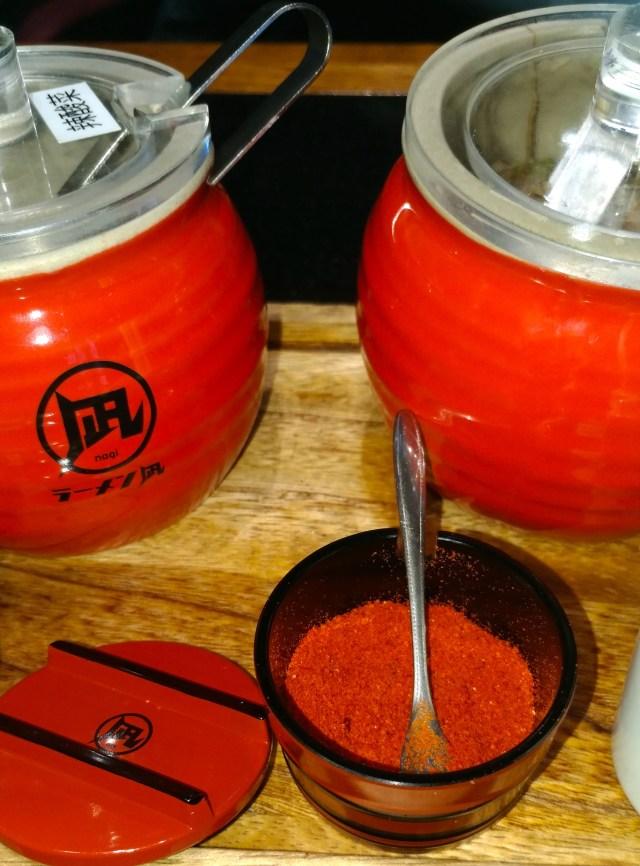 凪拉麵配菜和辣粉