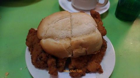 「勝利茶餐室」豬扒包,麵包香酥口感和著奶油香氣及現炸豬排,銷魂!