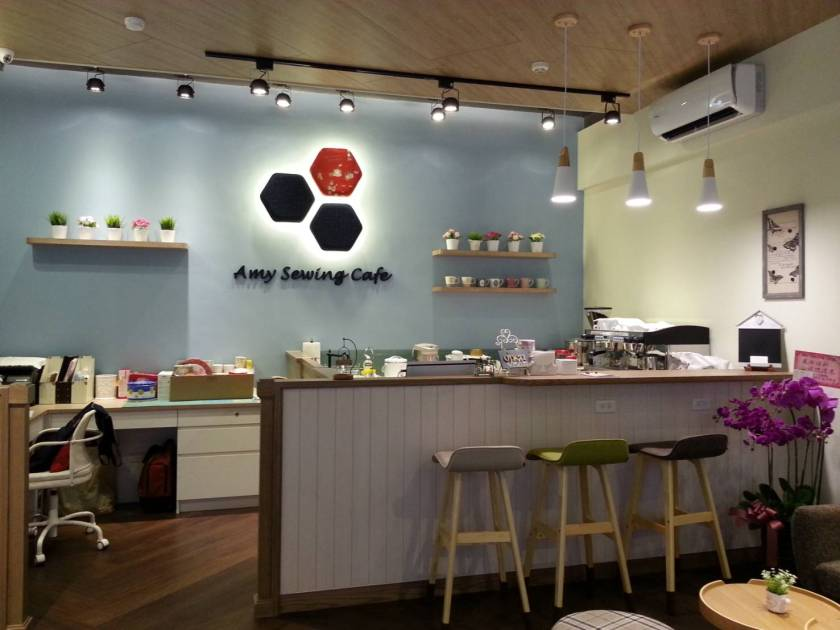 Amy Sewing Cafe的 咖啡吧及 牆上 引用拼布手作 經典「祖母花園」的Logo