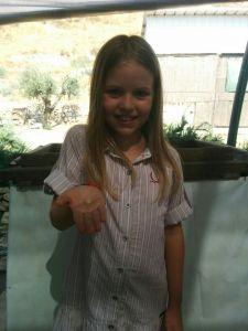 ליליאנה, בת ה-9, עם פלך הטוויה ביד לאחר מציאתו.