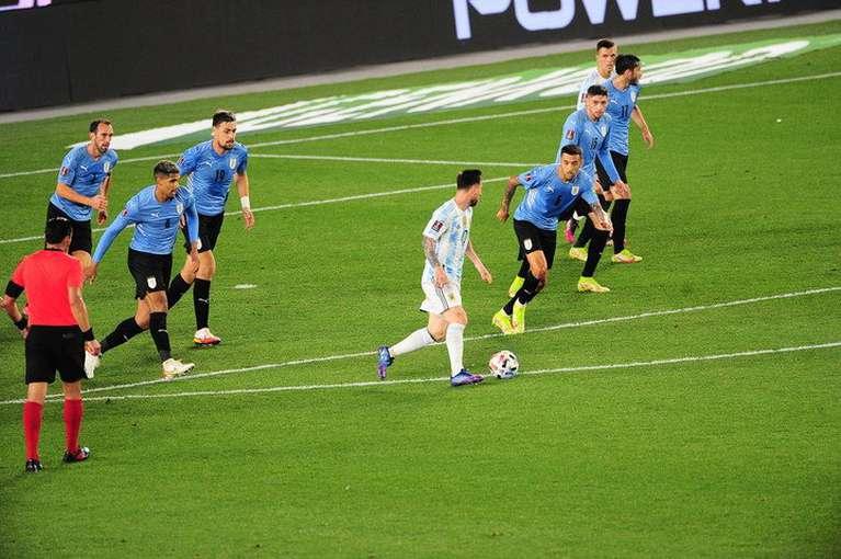 Messi vs Uruguay (@adrasti)