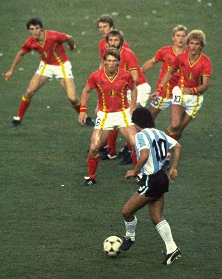 Maradona, rodeado por 6 futbolistas de Bélgica en España 1982 (Steve Powell / Getty Images).