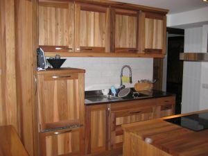 Kök i alm gjort av kundens eget trä
