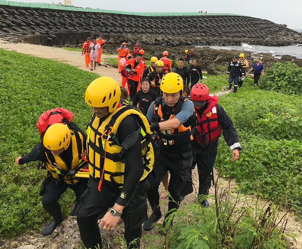 Rescuers in Pingtung County rush man to hospital after diving accident