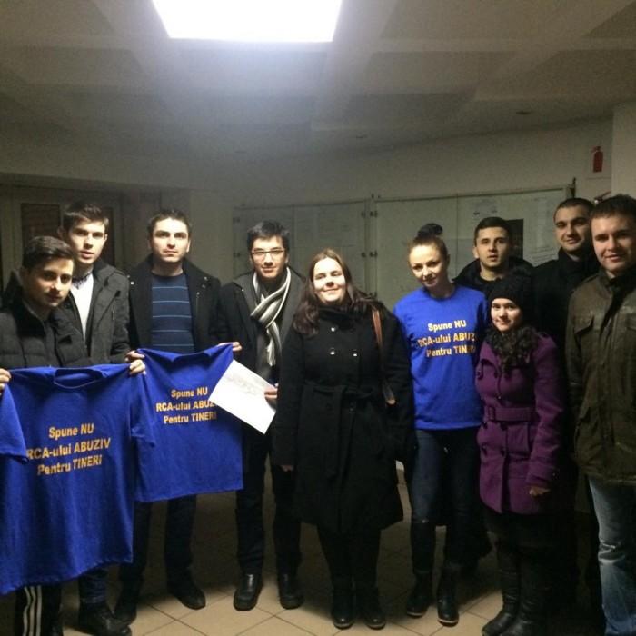 """TNL Alba continuă campania """"Spune NU RCA-ului abuziv pentru tineri!"""" – acțiune de strîngere de semnături în căminele studențești"""
