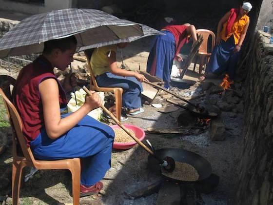 Tibetan-Buddhist-nuns-roasting-tsampa