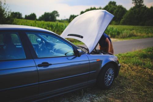 Kaboompics com Repairing a car