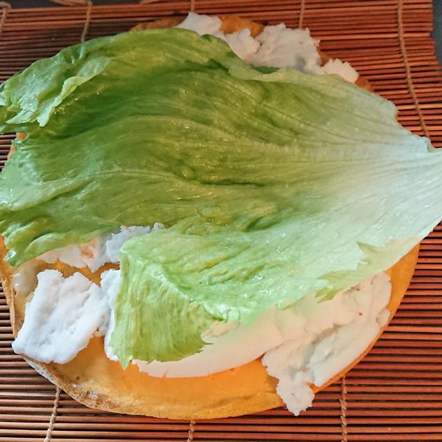 ダイエット対策済み恵方巻を作る はんぺんの上にレタスを敷く