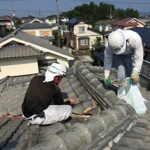 屋根工事、漆喰塗り作業中