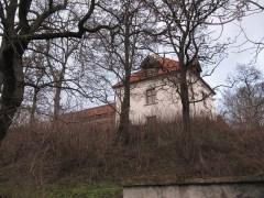 Jakubowice Murowane. Mury obok tego budyneczku wydają się ładnie odnowione