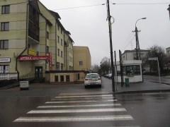 Ulica MIeczkowskiego. Jedna z głównych. Parkowanie gdzie popadnie to standard