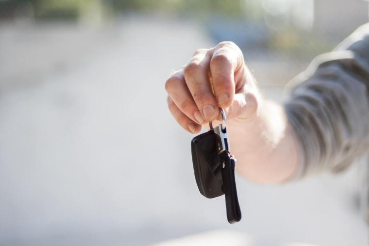 Handing over car keys - Get the best price when selling your car