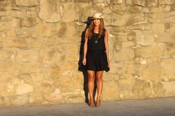 looks-street_style-vestido_negro-little_black_dress-canotier-cuñas_doradas-a_trendy_life001
