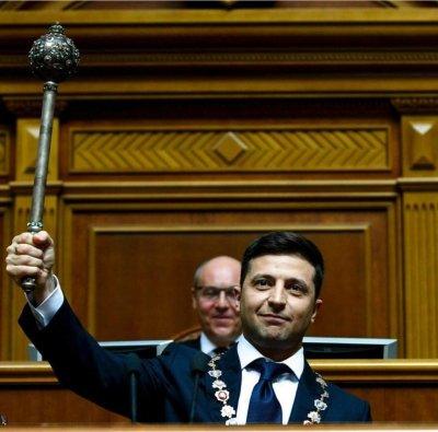 Упавшее удостоверение, паспорта украинцам, роспуск Рады — бездарная речь Зеленского