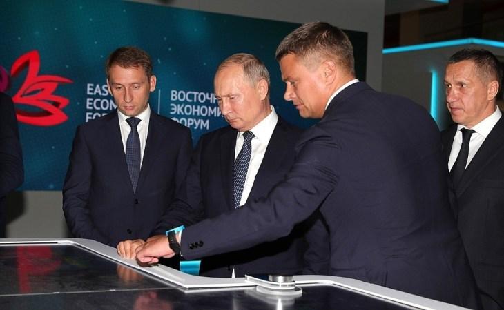 Владимир Путин  осмотрел выставку территорий опережающего развития Дальнего Востока \ фото - пресс-служба Кремля