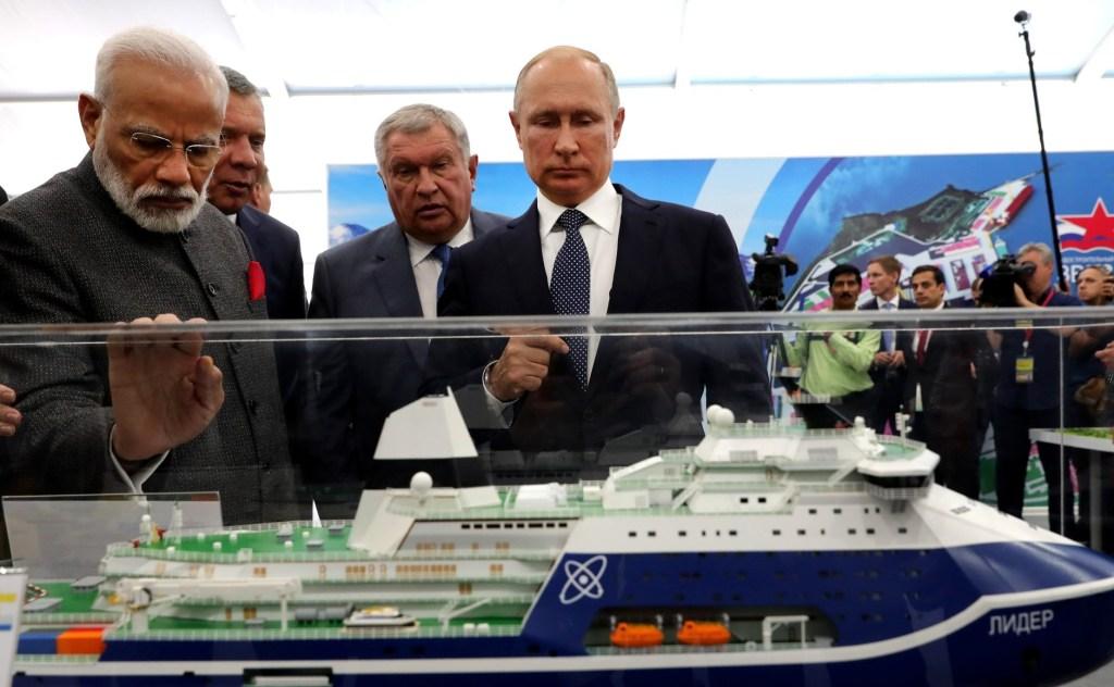 С Премьер-министром Индии Нарендрой Моди в ходе посещения судостроительного комплекса «Звезда»\ фото-пресс-служба Кремля