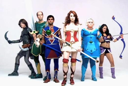 un grupo de personas vistiendo diferentes disfraces
