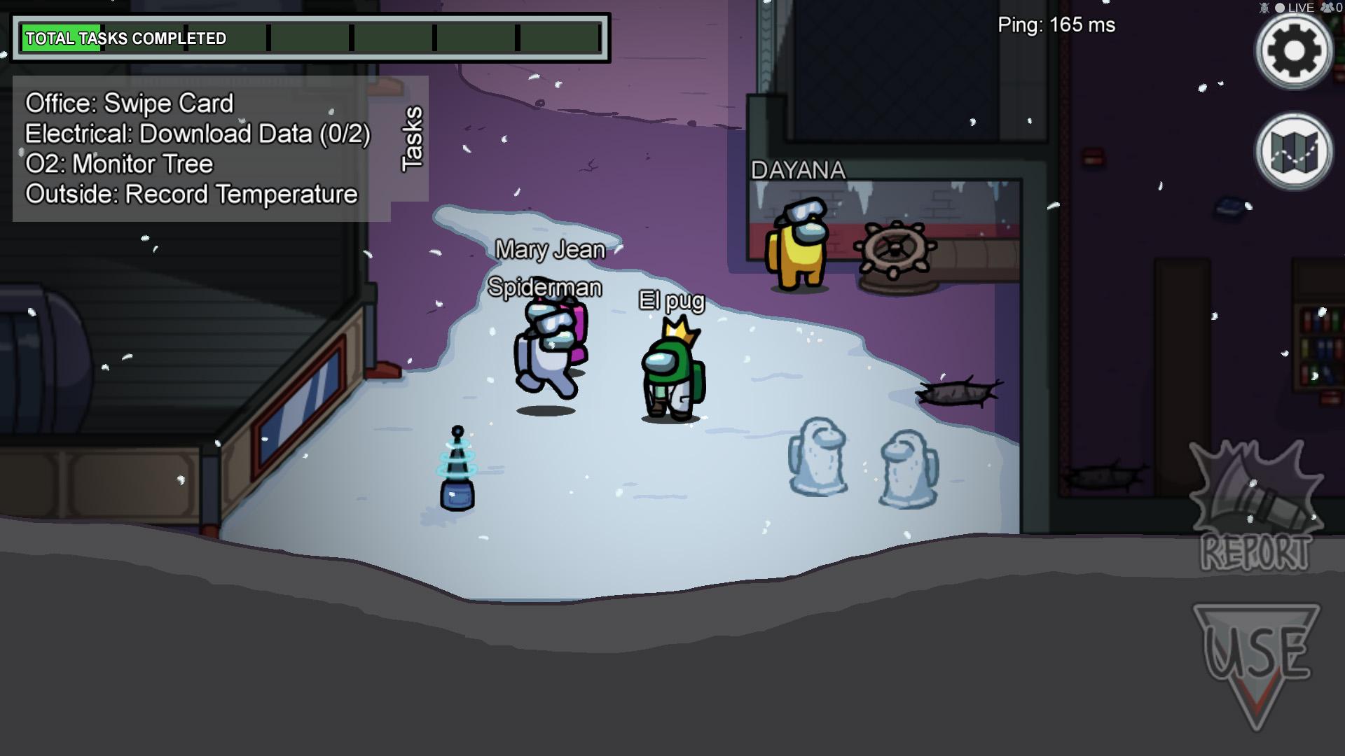 Varios personajes se mueven por la nave.