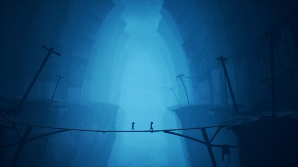 Momo y Six cruzan el puente en la Ciudad Pálida