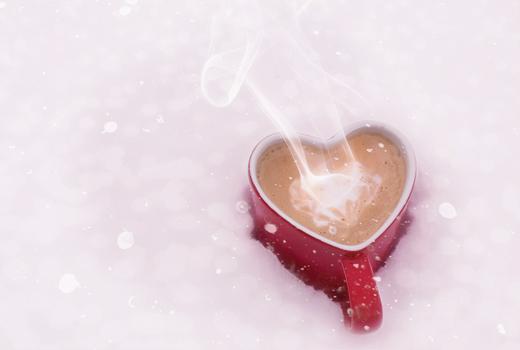 Taza de café caliente con forma de corazón.