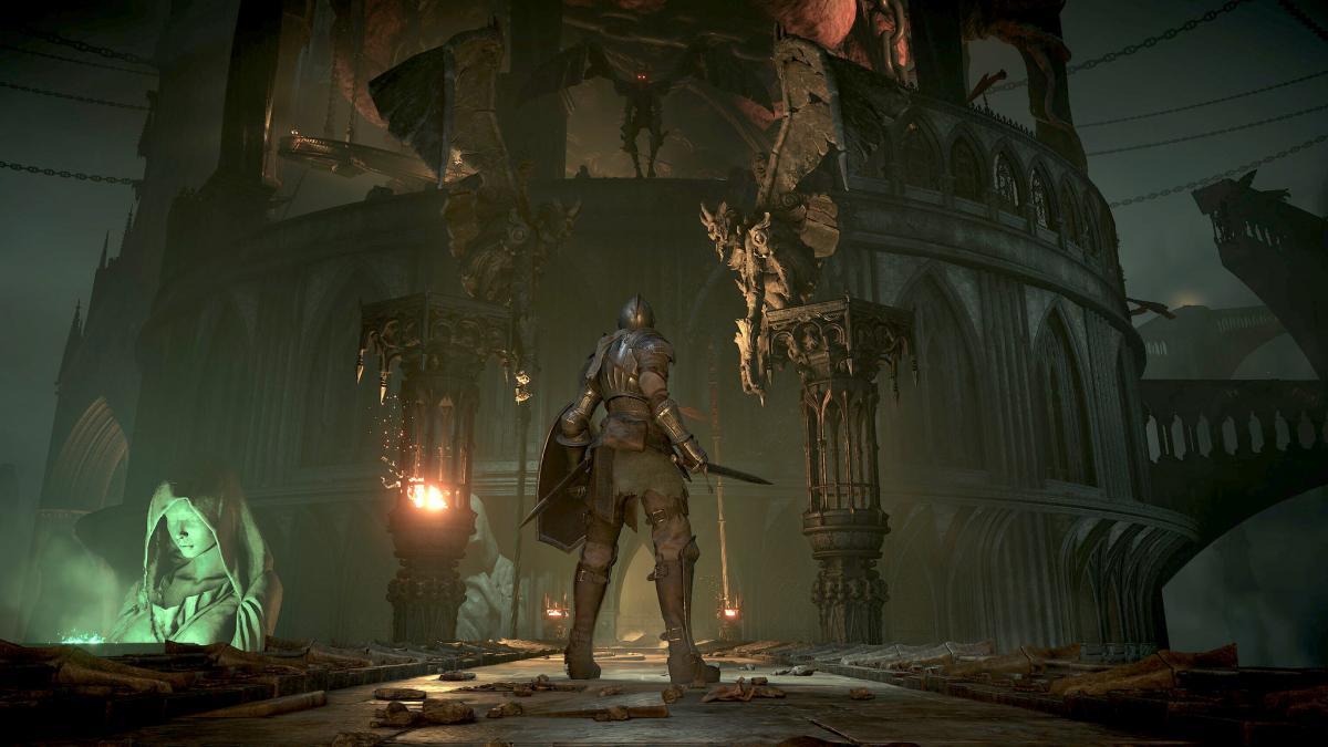 Figura con escudo, espada y armadura ante una construcción en ruinas
