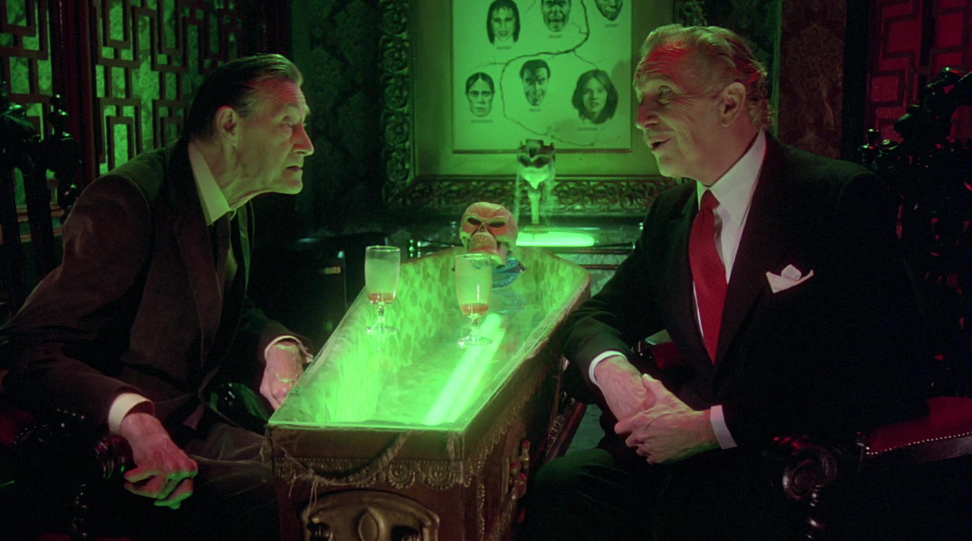 Vincent Price y John Carradine tomando algo sobre un atud