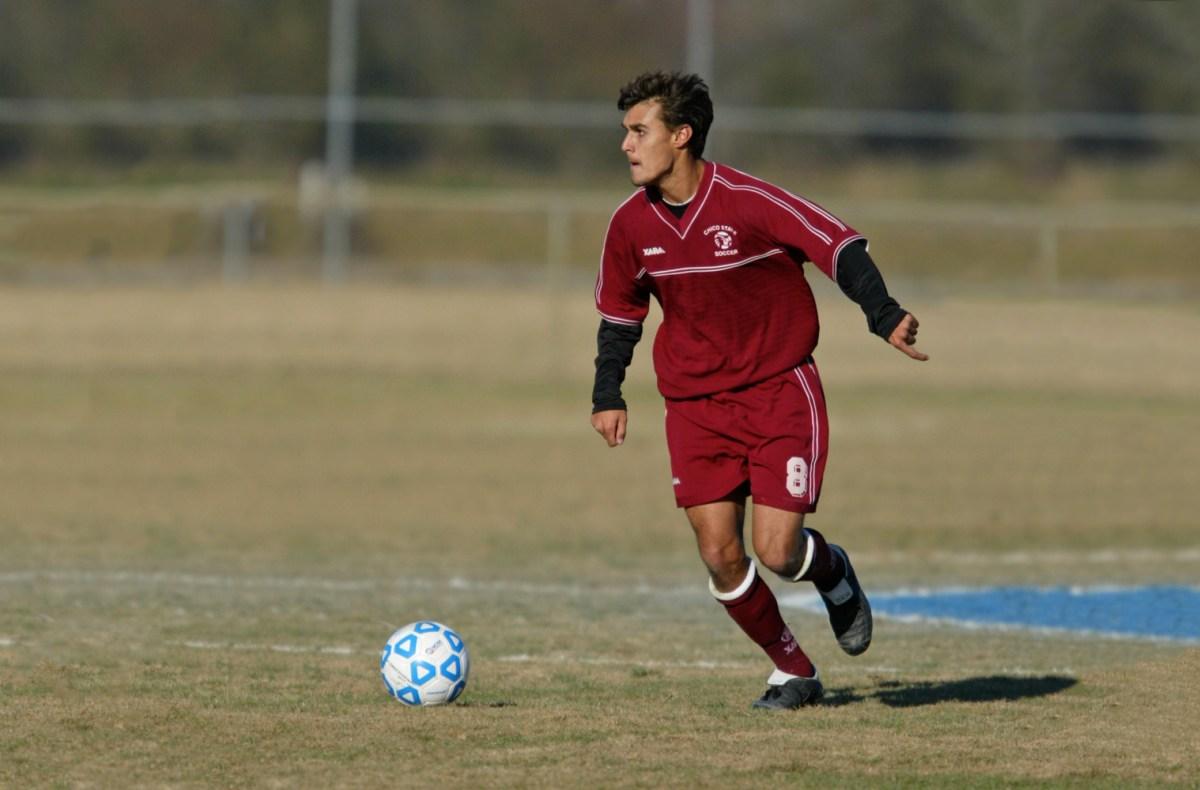 Chris Wondolowski dribbles the soccer ball on the field.