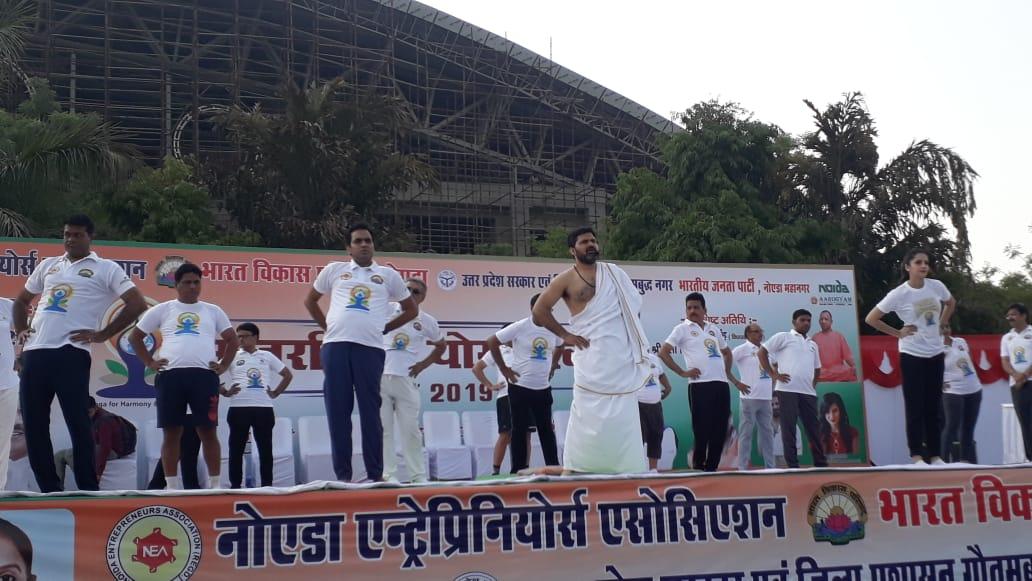 गौत्तम बुध नगर के स्टेडियम में अंतरराष्ट्रीय योग दिवस के दिन योग का आयोजन किया