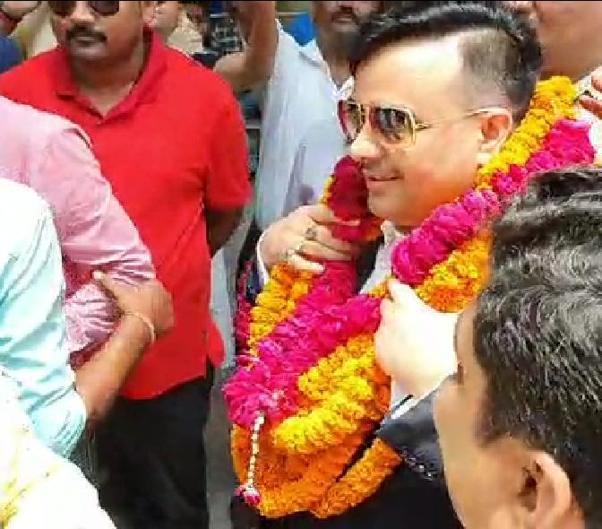 बाबतपुर एयरपोर्ट से लेकर गाजीपुर तक समर्थको और चाहने वालो ने फुलार्पन कर किया स्वागत, लोगो ने कहा हमारे जनपद की शान है राय