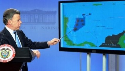 Colombian President Juan Manuel Santos indicates the disputed islands and maritime borders during a press conference in 2013. | Photo: Twitter/PanAmPost