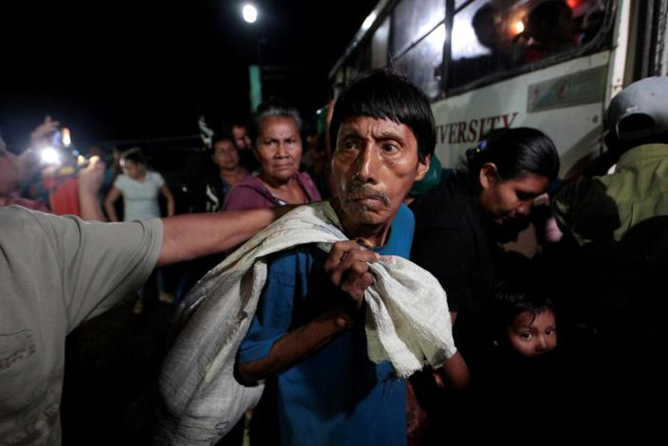 People who was evacuated from their home arrive at the Bluefields Port before the arrival of hurricane Otto in Bluefields, Nicaragua November 23, 2016. REUTERS/Oswaldo Rivas