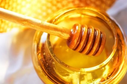 The Health Benefits of Honey (Beyond Soothing Sore Throats)