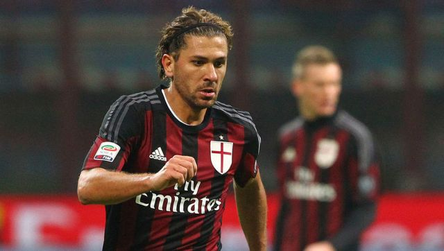 MILAN, ITALY - NOVEMBER 28:  Alessio Cerci of AC Milan in action during the Serie A match between AC Milan and UC Sampdoria at Stadio Giuseppe Meazza on November 28, 2015 in Milan, Italy.  (Photo by Marco Luzzani/Getty Images)