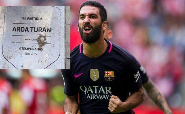 Arda Turan da las gracias al Atlético publicando una foto de su placa... ¡totalmente manchada! 1