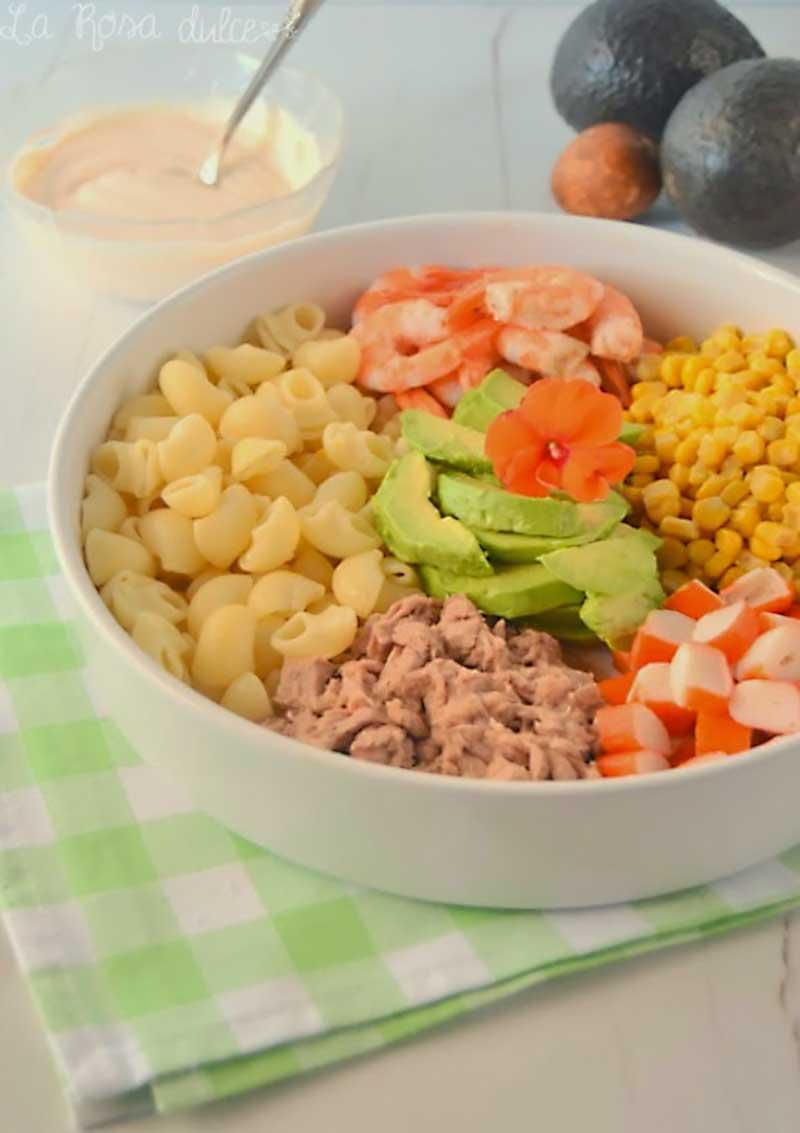 Ensalada de pasta, langostinos y aguacate