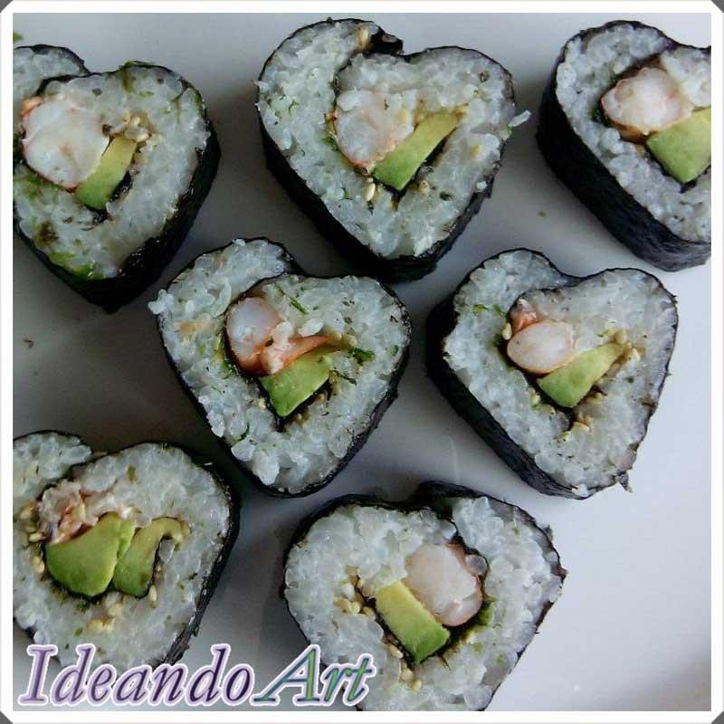 Corazones de sushi para San Valentín cocinar el aguacate
