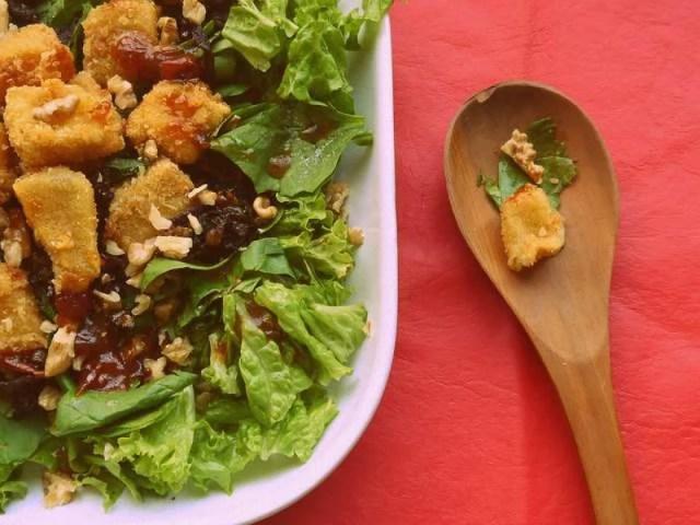 ##Ensalada de verdes, queso brie frito y cebolla caramelizada