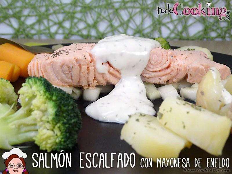Salmón escalfado con mayonesa de eneldo