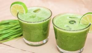 Licuado de jugo con diferentes frutas y verduras de color verde.