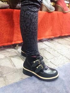 María Jesús López y sus zapatos con plataforma nuevos.