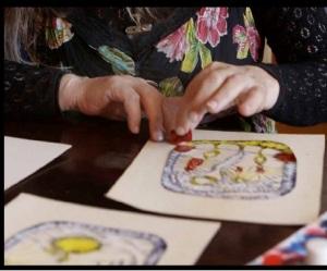 Elzbieta realizando su arte.