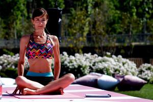 clase-de-yoga-al-aire-libre-4-A1