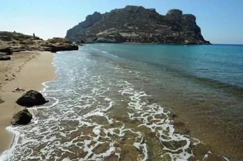 Playa Amarilla en Águilas, al fondo la Isla del Fraile.