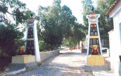 Columnas de entrada de la batería de artillería de costa de la Parajola.