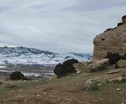 Praderas de los calares de Zaén y Bagil, camino a las cuevas y grutas, al fondo el campo de San Juan Nevado.