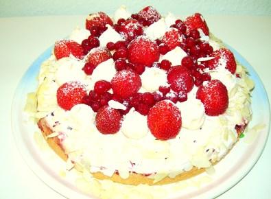 Johannisbeer-Erdbeer-Torte mit Mandelbisquit