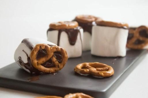 Marshmallow mit Schokolade und Brezel