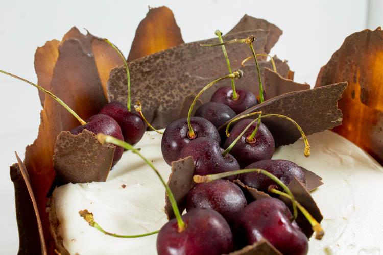 Zitronen-Kirsch-Torte mit Schokoladendeko