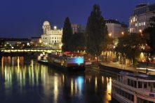 Donaukanal bei Nacht mit Urania und Badeschiff (1. Bezirk)